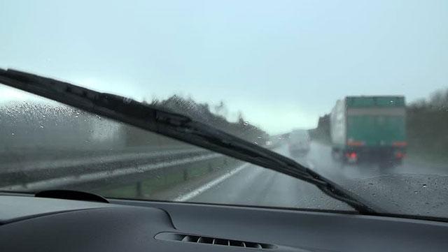 Wiper mobil dalam kondisi hujan bermebun
